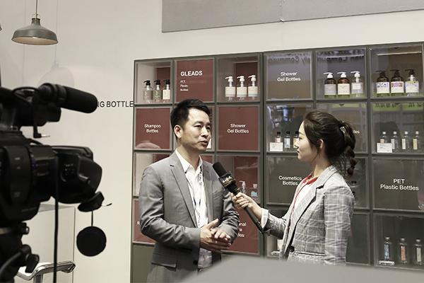 杰丽斯总经理在包装容器展位接受媒体采访